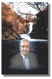 O autor na Fervenza do río Barbantiño ( Ourense). Un río desfeito por mor dunha minicentral sin pés nin cabeza, xusto por riba da Fervenza.